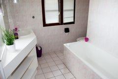 Sikt av ett rymligt och elegant badrum royaltyfria bilder