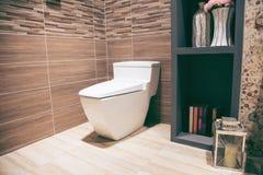 Sikt av ett rymligt och elegant badrum royaltyfri foto