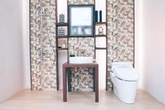 Sikt av ett rymligt och elegant badrum arkivfoton