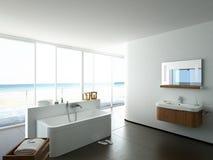 Sikt av ett rymligt och elegant badrum i Arkivfoto