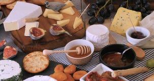 Sikt av ett sortiment av ost med fikonträd och druvor royaltyfri bild
