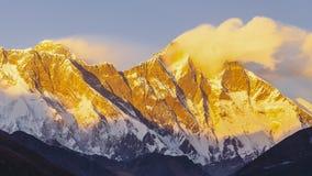 Sikt av Everest på vägen till den Everest basläger - Nepal lager videofilmer