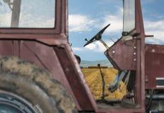 Sikt av fältet till och med traktoren Arkivfoton