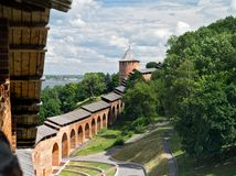 Sikt av fästningen för fästningväggNizhny Novgorod Kreml-en i den historiska mitten av Nizhny Novgorod och dess äldsta del Arkivbilder