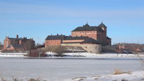 Sikt av fästningen av Hämeenlinna, marsdag finland stock video