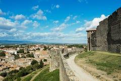 Sikt av fästningväggen och grundstaden av Carcassonne Arkivbild