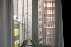 Sikt av fönstret från lägenheten royaltyfria bilder