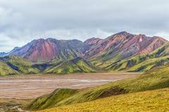 Sikt av f?rgrika mounains Landmannalaugar fr?n Laugavegur den fotvandra slingan iceland arkivfoto