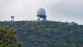 Sikt av FAA-radar överst av berget för Apple fruktträdgård Royaltyfri Fotografi