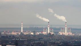 Sikt av fabriken nära vid kustlinjen i det Pudong området, Shanghai, Kina stock video