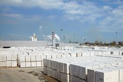Sikt av fabriksväxten producera autoclaved kolsyrad betong royaltyfria foton