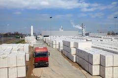 Sikt av fabriksväxten producera autoclaved kolsyrad betong Många packar av kvarter på paletter satte en på annat på ett utomhus- fotografering för bildbyråer