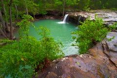 Sikt av fallande vattennedgångar på fallande vattenliten vik Fotografering för Bildbyråer