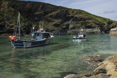 Sikt av fartyg i den Boscastle hamnen Arkivfoto