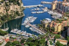Sikt av fartygmarina mellan den Monaco staden och Fontvieille i Monac Royaltyfria Bilder