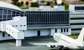 Sikt av fasaden av flygplatsterminalen och flygplanet, som är klar att flyga Royaltyfria Bilder