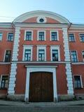 Sikt av fasaden av byggnaden med träportar royaltyfri foto