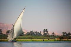 Sikt av felukafartygseglingen i den Nile River nästan Luxor hamnen, Egypten Royaltyfri Fotografi