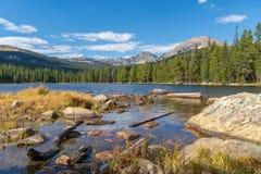 Sikt av Finch Lake och Rocky Mountains i bakgrund royaltyfri fotografi