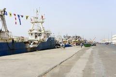 Sikt av fiskebåtar i Essaouira port Royaltyfri Fotografi