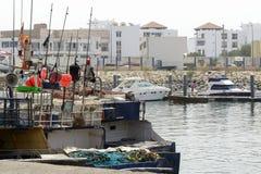 Sikt av fiskebåtar i Essaouira port Arkivbilder