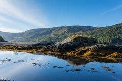 Sikt av fjorden Duich nära Eilean Donan Castle i högland, Skottland i höstsäsong Arkivfoton