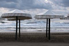 Sikt av flera strandparaplyer Royaltyfri Fotografi