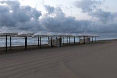 Sikt av flera strandparaplyer Royaltyfri Bild