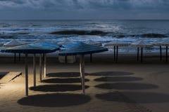 Sikt av flera strandparaplyer Arkivfoto