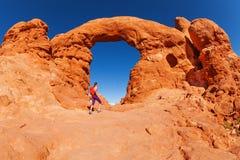 Sikt av flickan som går till härliga bågar Utah Royaltyfri Fotografi