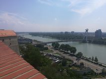 Sikt av flodDonauen i Bratislava, Slovakien Arkivfoton