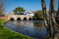 Sikt av floden Avon till och med Christchurch, UK Royaltyfria Bilder