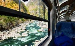 Sikt av floden från drevfönster Royaltyfri Bild
