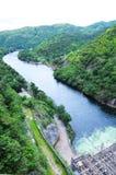 Sikt av floden från fördämningen Royaltyfri Foto
