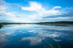 Sikt av floden från kusten med en härlig himmel och moln Fotografering för Bildbyråer