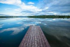 Sikt av floden från kusten med en härlig himmel och moln Royaltyfri Fotografi