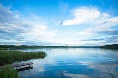 Sikt av floden från kusten med en härlig himmel och moln Arkivfoto