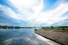 Sikt av floden från kusten med en härlig himmel och moln Royaltyfria Foton
