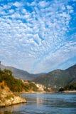Sikt av floden Ganga och fantastisk blå himmel med små moln på den härliga färgrika dagen Rishikesh india Arkivfoto