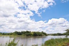 Sikt av floden i bygd Royaltyfria Foton