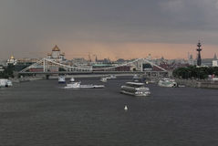 Sikt av floden i stad arkivbilder