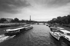 Sikt av floden med att sväva bussen Royaltyfri Bild