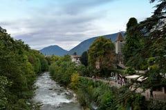 Sikt av floden och bygden av Merano, Italien Arkivbilder