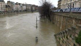 Sikt av floden Seine och Rive Gauche från Pont Notre-Dame lager videofilmer