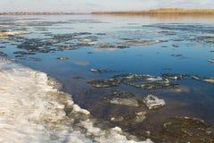 Sikt av floden Volga på våren Royaltyfria Bilder