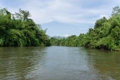 Sikt av flodkwaien i Kanchanaburi Thailand fotografering för bildbyråer