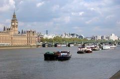 Sikt av flodThemsen med fartyg och slotten av Westminster Royaltyfri Bild