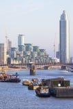 Sikt av flodThemsen och de moderna glasade kontorsbyggnaderna, London, Förenade kungariket Royaltyfri Foto