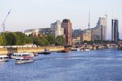 Sikt av flodThemsen och de moderna glasade kontorsbyggnaderna, London, Förenade kungariket Royaltyfria Bilder
