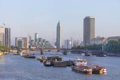 Sikt av flodThemsen och de moderna glasade kontorsbyggnaderna, London, Förenade kungariket Arkivbilder